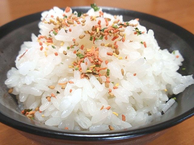 佐渡産コシヒカリを使用した稔りの里です。おかずが無くても食が進むおいしさ。ふりかけ掛けたらおいしさ倍増!