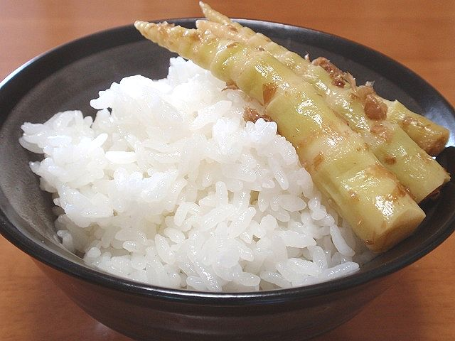 北海道米を使用した「ふるさと」です。とりたてのタケノコを鰹節と醤油で味付けしてご飯にのせました。