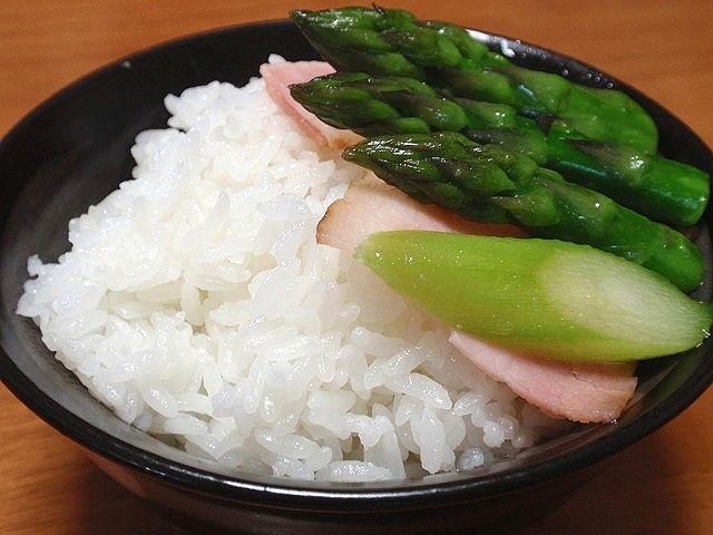 北海道米を使用した当店自慢の星物語です。北海道産の新鮮なアスパラを、ベーコンと炒めてご飯にのせて、北海道の食を堪能♪