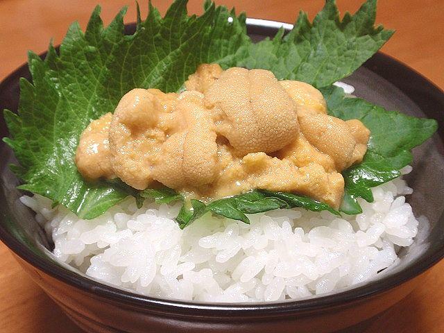 佐渡産コシヒカリを使用した稔りの里です。高級なウニにもよく合う美味しいご飯。それが稔りの里です。